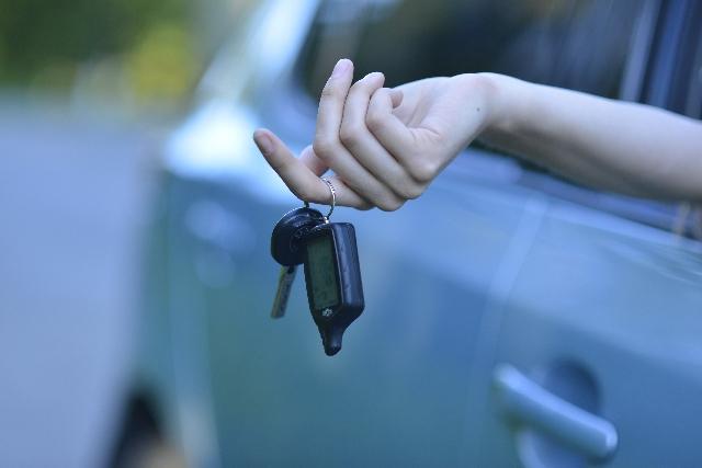 車のキーと手